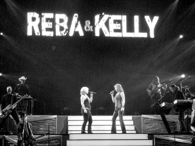 Reba and Kelly Clarkson in 2006 at the Convocation Center in Jonesboro, Arkansas.